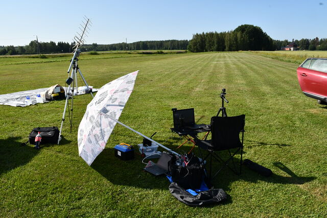 Mobile DVB-S1 reception setup: a circularly polarized 70cm yagi, a low-noise amplifier and a laptop with an RTL-SDR USB receiver