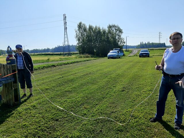 Henri OH3JR and Jari OH3UW preparing the hose for filling up the balloon with hydrogen. (photo by OH3BHX)