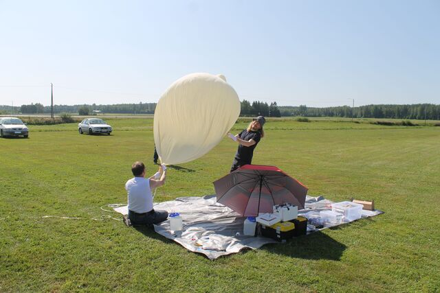 Jari OH3UW and Mikael OH3BHX trying to contain the situation. Wind gusts make filling up the balloon a bit challenging sometimes. (photo by OH1ON)