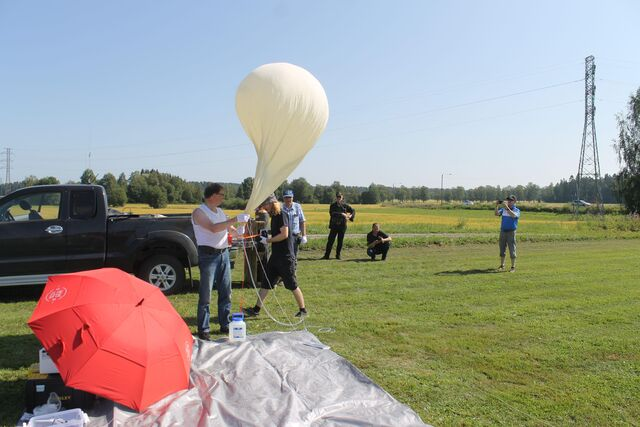 Filling up the balloon does indeed take a long time, so there's plenty of time to take some photos. (photo by OH1ON)