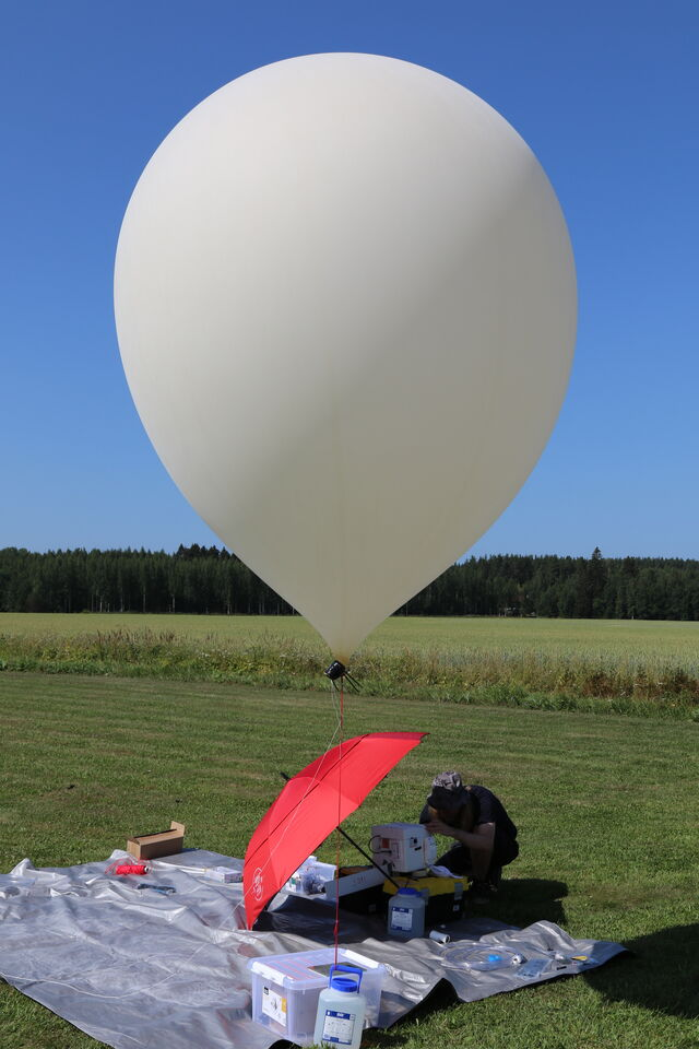 The balloon is finally full and round, also ready for the flight! (photo by OH7Z)