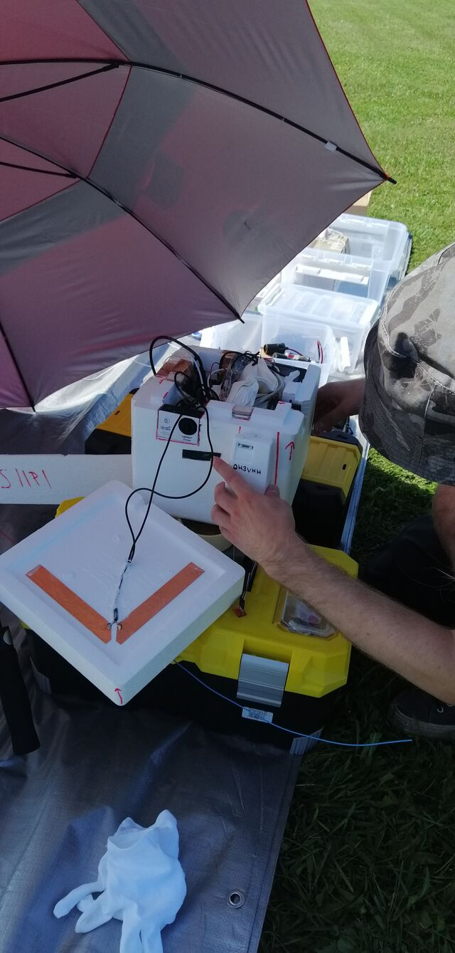Mikael OH3BHX powering on the Vaisala RS41 radiosonde converted to an APRS tracker transmitting on the 70cm band. (photo by OH3EYZ)