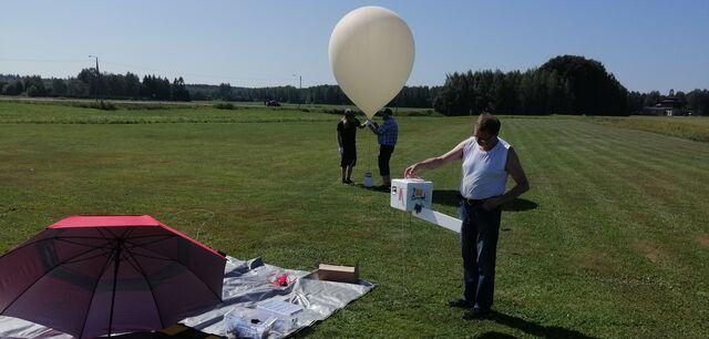Jari OH3UW looking at the payload ready for flight, wondering if the thing is really going to work :) (photo by OH3EYZ)