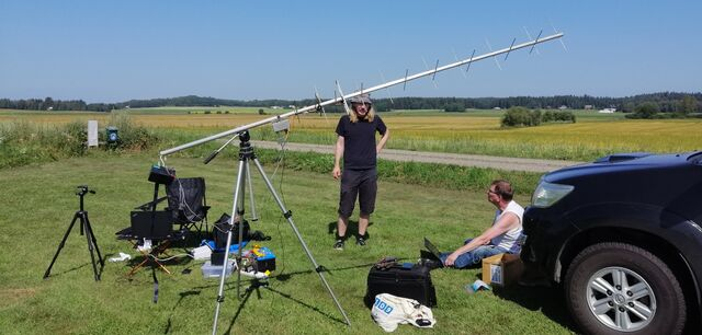 Mikael OH3BHX and Jari OH3UW taking a break after a successful launch. The 70cm circularly polarized yagi is carefully aimed at the balloon for video reception. (photo by OH3EYZ)