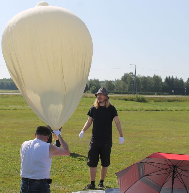 Me ready to embrace the might of the balloon! (photo by OH1ON)